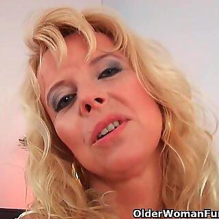 Pożądliwa babcia zostaje wyruchana przez twardą pałę