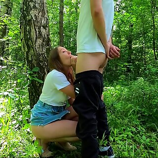 Todellinen amatööri riskialtis julkinen suihinotto ja seksi kermapiirakan kanssa puistossa !!! ihmiset kävelevät lähellä ...