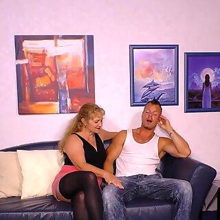 HAUSFRAU FICKEN - Busty German mature gets cum on tits