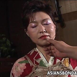 Asia dewasa jalang memiliki sesi tali untuk bertahan