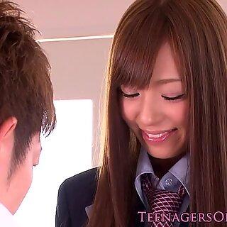 Bossy Jap Schoolgirl saa Tussu miellyttää