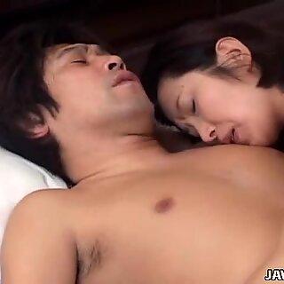 Brunette Aasialainen MILF Kyoko Hayama antaa pään ja saa hänen tissit licked