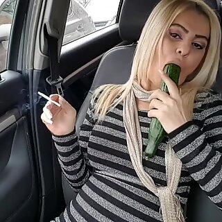Julkinen vittu Big Kurkku: n kanssa Squirtaus- Auto Masturbaatio Katu