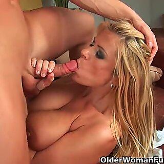 الجلف مع big boobs خلاز الملابس قبالة ويحصل على مارس الجنس