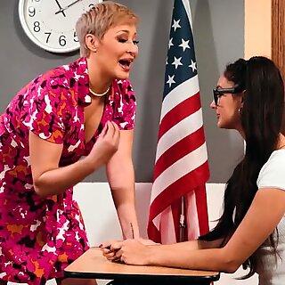 ريان كيلي يظهر لها طالبة إليزا إبارا فوائد كونها نترد