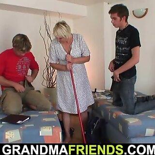 Erittäin vanha blondi mummo ja pojat Kolmen Kimppa