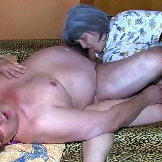 Oldnanny Vanha Mummo ja Isoisä nauttivat nuoresta naisesta