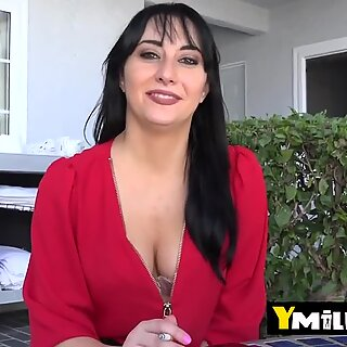 Hot mommy with big tits Allesandra Snow enjoys a lot to ride in reverse after lick and kiss big cock