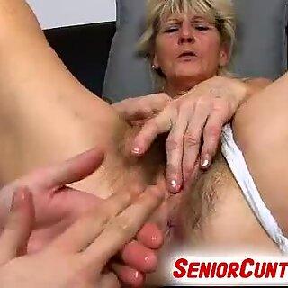 Vanha Karvainen vagina ISOäite Hana Sormeutiltu, jossa on 3 sormea