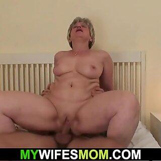زوجة تجد لها أم وصديق سخيف