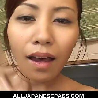Upea japanilainen puuma Nana Nanami saippuoi seksikkään ruumiinsa