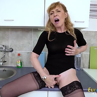 EuropeMaturE sizzling Mature mummy Solo masturbation