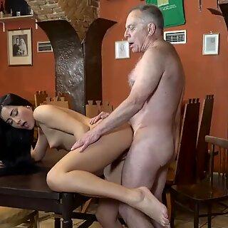 Vanha nainen Hieronta XXX voitko luottaa Girlpartneriin, joka jättää hänet yksin isäsi kanssa?