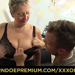 XXX OMAS - Bofetadas grandes con las Tetas Maduras Rubias tiene el sexo deficina
