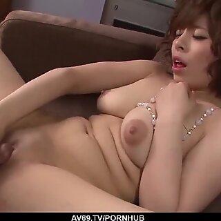 طيزها كبير زوجة، رييسو أياكا، الجنس القوي على كاميرا في مجنون X - المزيد في 69AVS COM