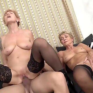 اثنين من الجدات ممارسة الجنس مع الشباب ولد