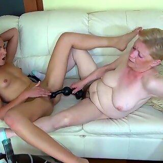 Vanha Mummo Masturbointi, jossa nuori Tottö ja hänen dildo