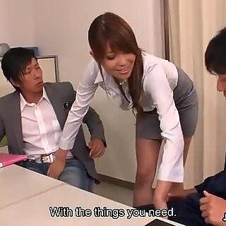 Aistillinen Yuno Hoshi viettelee kaksi isät Toimistossa