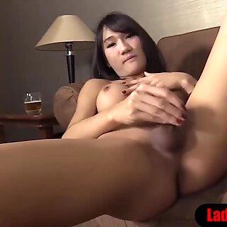Thai Ladyboy Täyhdalaisen Varalo ja tissit saa perseestä