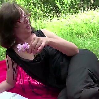 18v vanha poika vittu 61v vanha karvainen mummo perse julkisessa