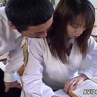 Söpö japanilainen opiskelija Ai Yumemi viettelee opettajaansa