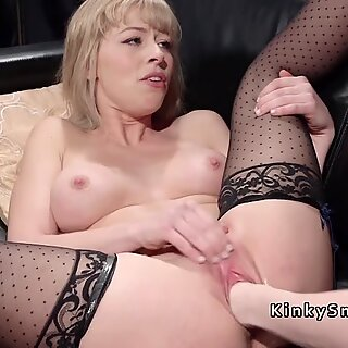 Blondi nyrkitetty ja anaali pantu lesbo dominassa