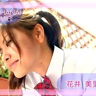 بنت مع Bigtails Miri Hanai يجعل Grimaces على الكاميرا