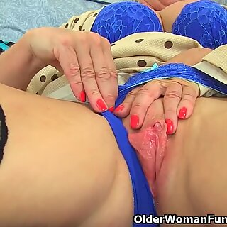 UK cougar Sapphire Louise gives her fanny a good finger shag